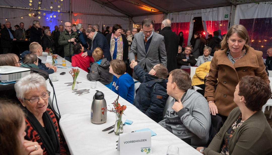 Minister Beke schudt de hand van een bewoner van Thomashuis Klundert